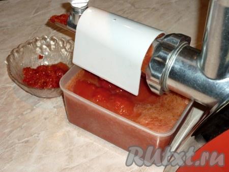 Пропустить подготовленные помидоры через мясорубку.Если жмых получился очень сочным, его можно ещё раз перекрутить, пропуская через насадку. Если нет специальной насадки на мясорубку для приготовления томатного сока, то помидоры нужно пропустить через обычную мясорубку, а затем получившийся томат протереть через металлическое сито, чтобы очистить сок от жмыха (конечно, это трудоемкий процесс, но результат того стоит).