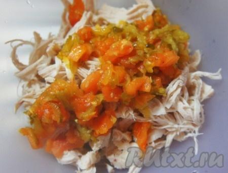 К курице добавить обжаренные овощи.
