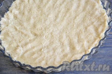 Форму для выпекания смазать растительным маслом. Выложить тесто в форму и разровнять, сформировать невысокие бортики.