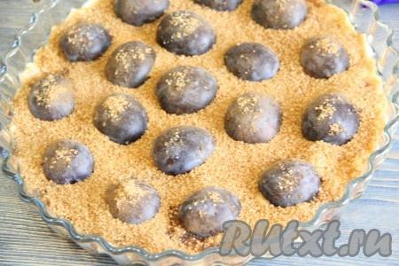 Для получения карамели присыпать сливы 80 граммами коричневого сахара.