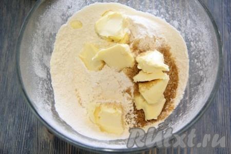 Затем добавить холодное масло, нарезанное на кусочки можно натереть масло на крупной тёрке).