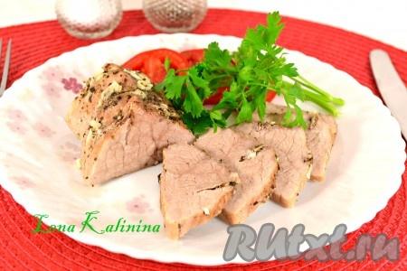 Необычайно вкусную и ароматную свинину, приготовленную в фольге в мультиварке, нарезать кусочками и подать к столу со свежими овощами и зеленью.