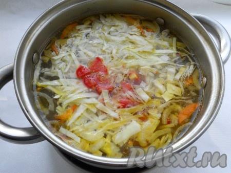 Нашинкованную капусту, нарезанный небольшими кубиками свежий помидор и обжаренные лук с морковью выложить в кастрюлю, когда картофель будет готов.