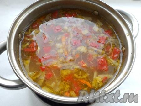 В конце варки добавить в овощной суп измельченный чеснок. Готовому супу с говядиной дать настояться под закрытой крышкой 15 минут.