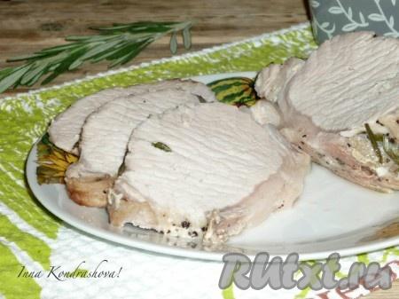 Запеченная свиная вырезка получается сочной и очень вкусной. Такое мясо можно подавать в горячем или охлаждённом виде с разнообразными гарнирами и соусами. А сок, который образовался в форме, не спешите выливать, им очень вкусно поливать картофельное пюре или макароны.