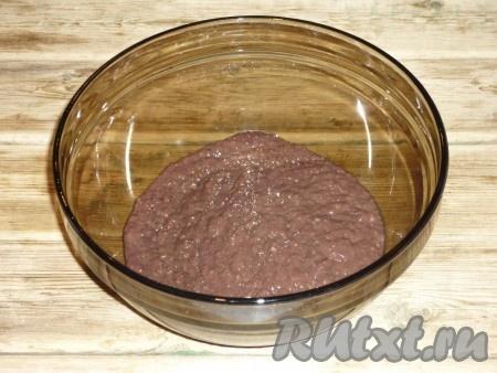 Печень вымыть под холодной проточной водой, снять плёнку и нарезать небольшими кусочками. Печенку и очищенный лук пропустить через мясорубку.