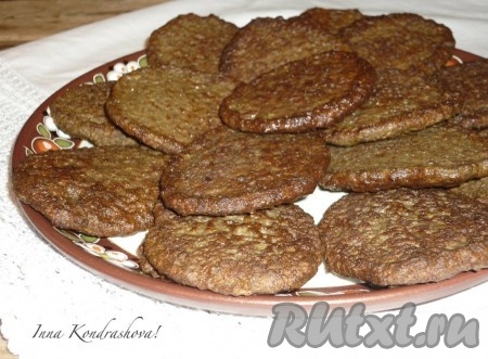 Мягкие, нежные печёночные оладьи, приготовленные с манкой, подать к столу в горячем виде. Очень вкусно со сметаной.