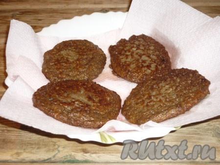 Чтобы убрать лишнее масло, выложить готовые печеночные оладьи на бумажное полотенце.