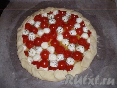 Края теста завернуть на начинку. Поставить противень с пирогом в заранее нагретую до 190 градусов духовку и выпекать около 35 минут.
