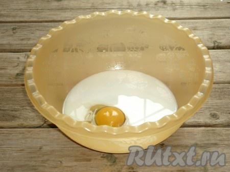 Затем вбить яйцо и всыпать щепотку соли. Всё хорошо перемешать.