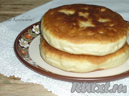 Готовые аппетитные дрожжевые лепёшки, приготовленные на сковороде, снять с огня и выложить на бумажное полотенце, чтобы убрать лишний жир. Подавать их горячими с молоком и мёдом.