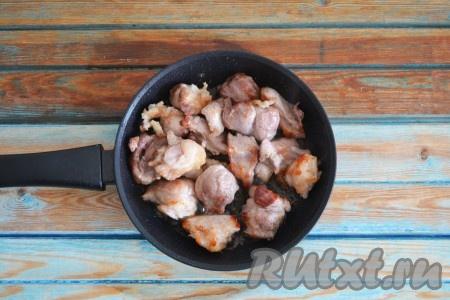 Мясо вымыть и нарезать на небольшие кусочки. Сковороду поставить на огонь, нагреть и влить масло, через минуту выложить кусочки мяса. На сильном огне обжарить мясо со всех сторон до румяной корочки.