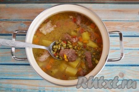 Выложить его в кастрюлю с супом и продолжать варить 15 минут. За это время доварится маш и сварится картофель. Добавить по вкусу соль и прованские травы.