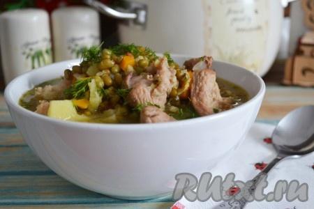 Разлить вкусный, сытный суп с машем по тарелкам, посыпать измельченным укропом и подать в горячем виде на стол.