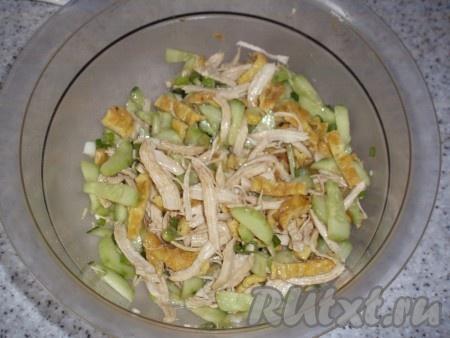 Заправить салат, сверху посыпать семенами кунжута. Если необходимо - досолить. Дать салатику настояться.