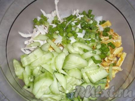 Зеленый лук мелко нарезать, добавить в салат.