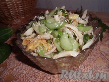 Необыкновенно вкусный, сочный салат с курицей, огурцами и сырными блинчиками готов.