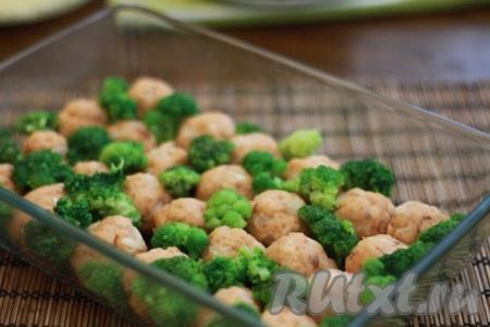Достаем фрикадельки из духовки, между ними, по желанию, можно разложить соцветия брокколи.