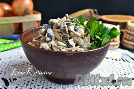 Выложить необычайно вкусный салат из жареных баклажанов с яйцом в салатник, украсить зеленью и подать к столу.