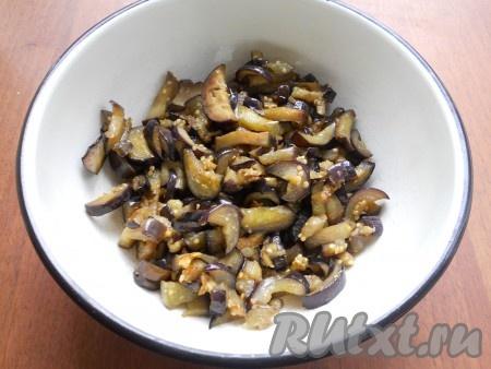 Баклажаны отжать и обжарить на растительном масле до румяной корочки (7-10 минут), не забывая иногда перемешивать.