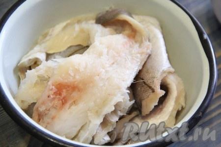 Затем отделить филе рыбы от костей.
