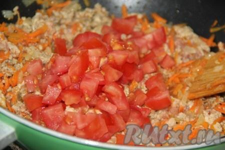 Добавить помидор в сковороду к фаршу и хорошо перемешать.