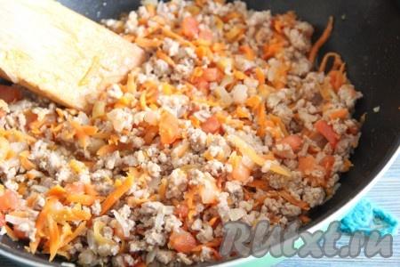 Обжарить фарш с овощами в течение 10 минут. В конце готовки посолить начинку по вкусу.