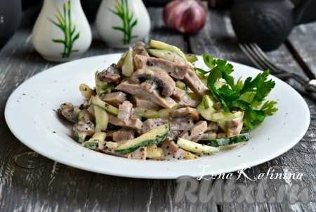 Выложить очень вкусный салат с языком и шампиньонами в салатник, украсить зеленью и подать к столу.