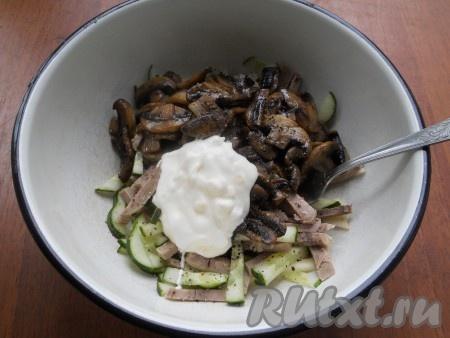 Добавить соус в салат и тщательно перемешать.