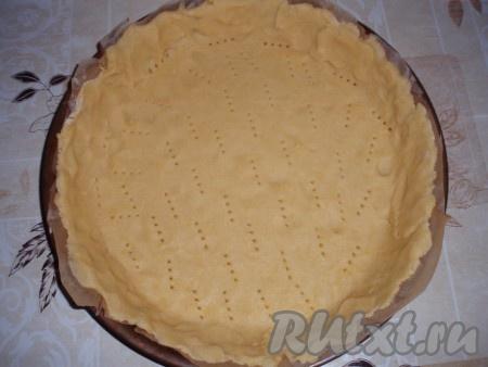 Охлажденное тесто раскатать, выложить в форму для выпечки с невысокими бортиками. Наколоть тесто вилкой.