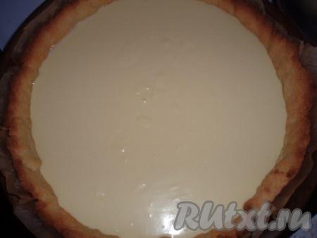 Приготовленную смесь вылить на подпеченное песочное тесто.