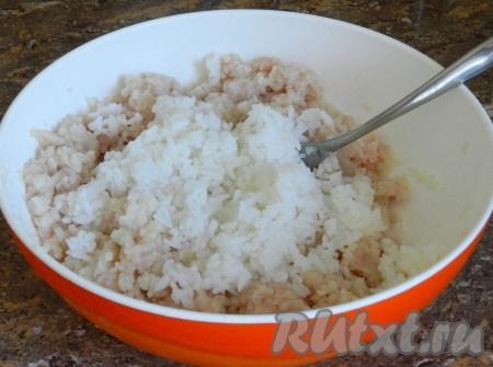 Смешать рис с получившимся фаршем, посолить и поперчить по вкусу. Отваренный рис хорошо скрепляет фарш, однако, если вы опасаетесь, что ваши голубцы распадутся, добавьте в фарш одно яйцо.