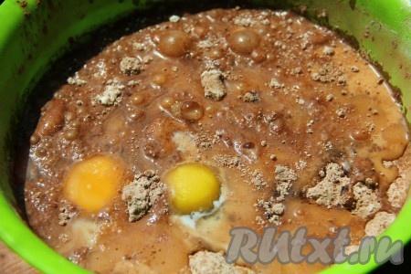 К сухим ингредиентам добавляем растительное масло, молоко, яйца, растопленное остывшее сливочное масло. Всю массу перемешиваем ложкой или венчиком. Мешаем не долго - довели до однородности и оставили.