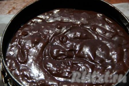 """В самом конце, когда наша духовка нагрета до 180 градусов, добавляем в тесто уксус и быстро перемешиваем. Выливаем сразу тесто в смазанную маслом форму (у меня форма диаметром 22 см) и отправляем в духовку. Если форма будет большего или меньшего размера, чем у меня, то торт соответственно будет ниже или выше, тогда время выпекания в духовке нужно увеличить или уменьшить. У меня торт выпекался 40 минут. Не забывайте, что торт может """"вырасти"""" в два или даже в три раза."""