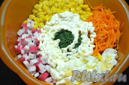 """Нарезать зелень. В миску сложить яйца, зелень, крабовые палочки, морковь по-корейски, кукурузу без жидкости, по желанию добавить пропущенный через пресс или мелко нарезанный чеснок, посолить, заправить майонезом (сметаной), перемешать салат """"Валерия""""."""