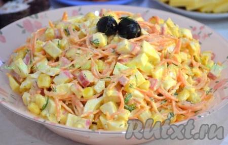 Выложить в салатник, украсить по желанию. Очень вкусный, яркий салат с морковью по-корейски и крабовыми палочками можно подавать к столу.