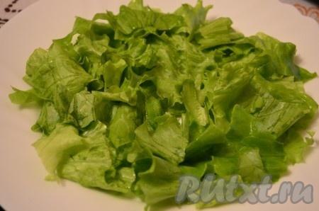 Листья салата крупно порезать или порвать руками.