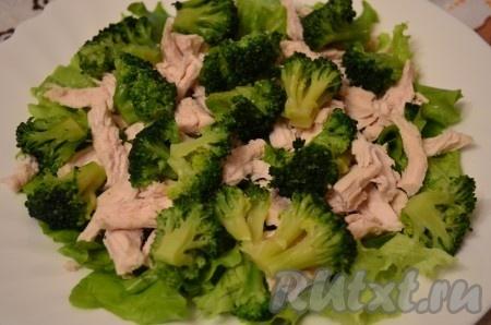 Брокколи отварить в течение 3-х минут в подсоленной воде, охладить, обсушить. Разрезать на соцветия и выложить в салат поверх курицы.