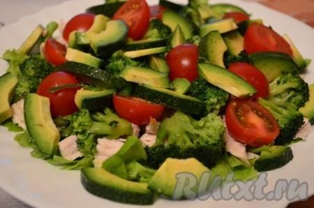 Авокадо нарезать произвольными кусочками при желании авокадо можно очистить от кожуры).