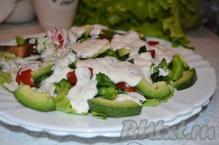 Наш вкусный, полезный салат с курицей и брокколи можно подавать на стол. Приятного аппетита!