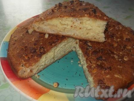 Затем выкладываем очищенные от кожуры и нарезанные на маленькие кусочки яблоки, заливаем оставшимся тестом, сверху посыпаем измельченными грецкими орехами. Ставим пирог в разогретую до 160 градусов духовку и выпекаем 40 минут. Вкусный пирог с яблоками и грецкими орехами готов!{amp}#xA;