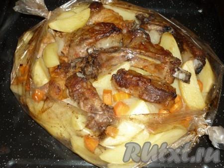 Когда мясо и картофельподрумянятся, можно доставать блюдо из духовки.