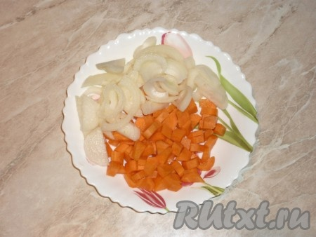 Картофель очистить и нарезать крупными брусочками. Лук и морковь очистить, лук нарезать полукольцами, морковь - кубиками.