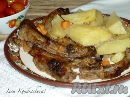 Свиные ребра с картошкой, приготовленные в духовке по этому рецепту, получаются очень вкусными. Подать блюдо в горячем виде, разложив по порционным тарелочкам, со свежими или маринованными овощами.