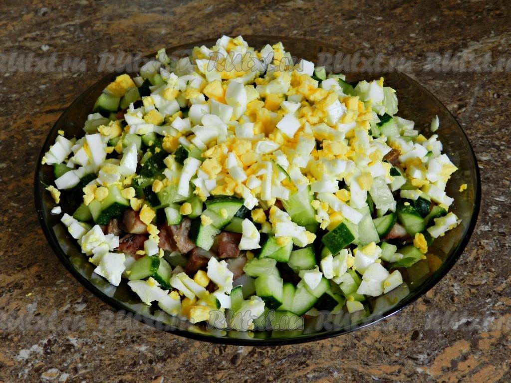 Салат с копченой рыбой картофелем с маслом