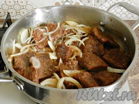 Перемешать и готовить еще 5-7 минут до мягкости лука. В этом блюде лук не должен полностью потушиться, а немного похрустывать.