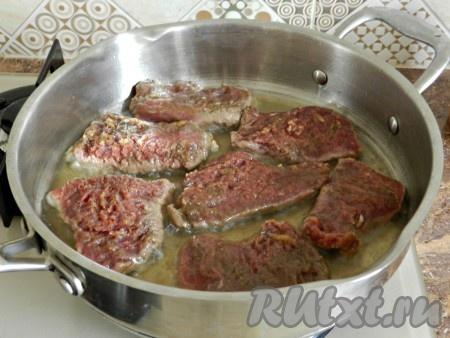 В сковороде разогреть растительное масло и обжарить кусочки мяса с обеих сторон.