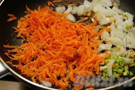 Сначала приготовим начинку. Обжарим на сковороде натертую на крупной терке морковь и нарезанный репчатый лук.