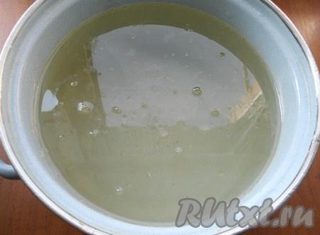 Приготовить маринад: воду довести до кипения, всыпать соль и сахар, влить растительное масло. Прокипятить маринад 2-3 минуты, после чего влить уксус и выключить газ.{amp}#xA;