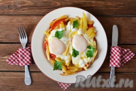 Вкусную, ароматную яичницу с хрустящей картошкой подать на стол в теплом виде, украсив листочками петрушки.